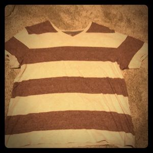 White and maroon old navy tee